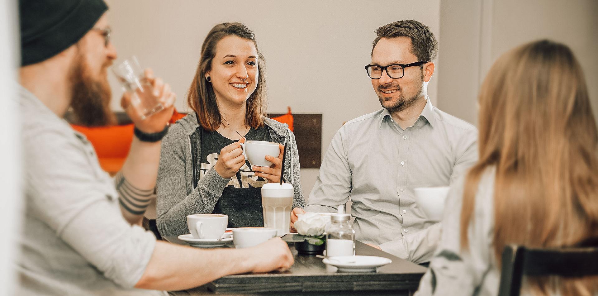 Fröhliche junge Menschen im Café